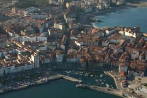 Vista aérea del puerto y casco antiguo.