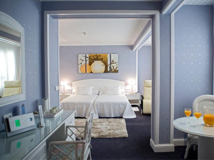 El histórico Hotel Las Rocas está situado muy cerca de la Playa de Brazomar.