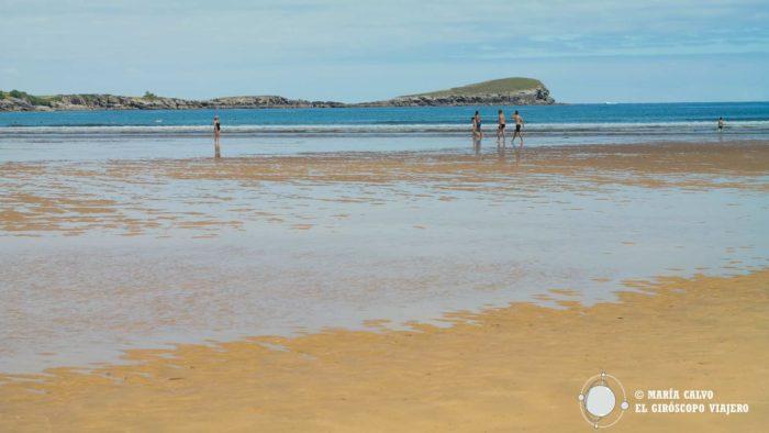 """Playa de Oriñon, la playa más extensa del municipio Castreño, al fondo, la """"Ballena"""" de Sonabia."""
