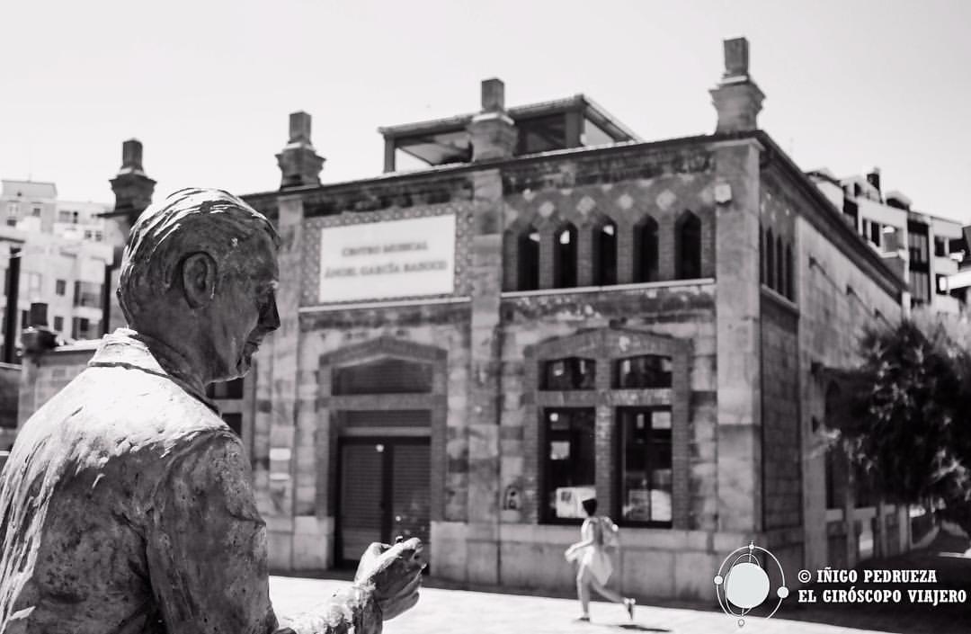 Antiguo matadero, convertido en conservatorio de música. El edificio es de Eladio Laredo la estatua de Ataulfo Argenta. Iñigo Pedrueza.