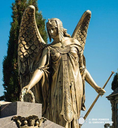 Estatua del cementerio municipal, uno de los más bonitos de todos el norte.©Iñigo Pedrueza.
