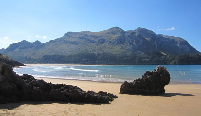 Playa de Arenillas, cuando baja la marea se une con la playa de Oriñon.