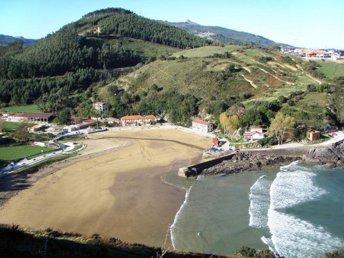 Playa de Dícido en Mioño, desde ella se puede ver el histótico Cargadero de Mioño.