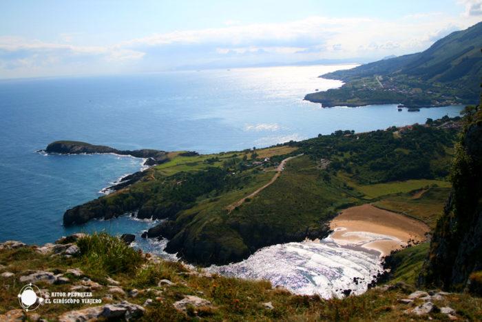 """La playa de Sonabia y el cabo Cebollero, más conocido cómo la famosa """"ballena"""""""
