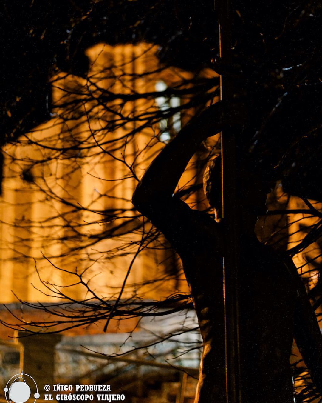 Iglesia de Santa María y estatua dedicada a los remeros. ©Iñigo Pedrueza.