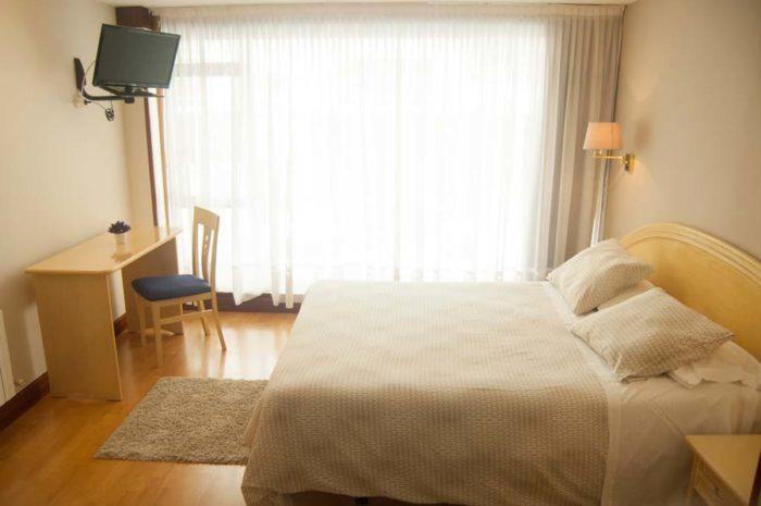 Habitación del céntrico Hotel La Ronda, situado en la arteria principal de Castro Urdiales.
