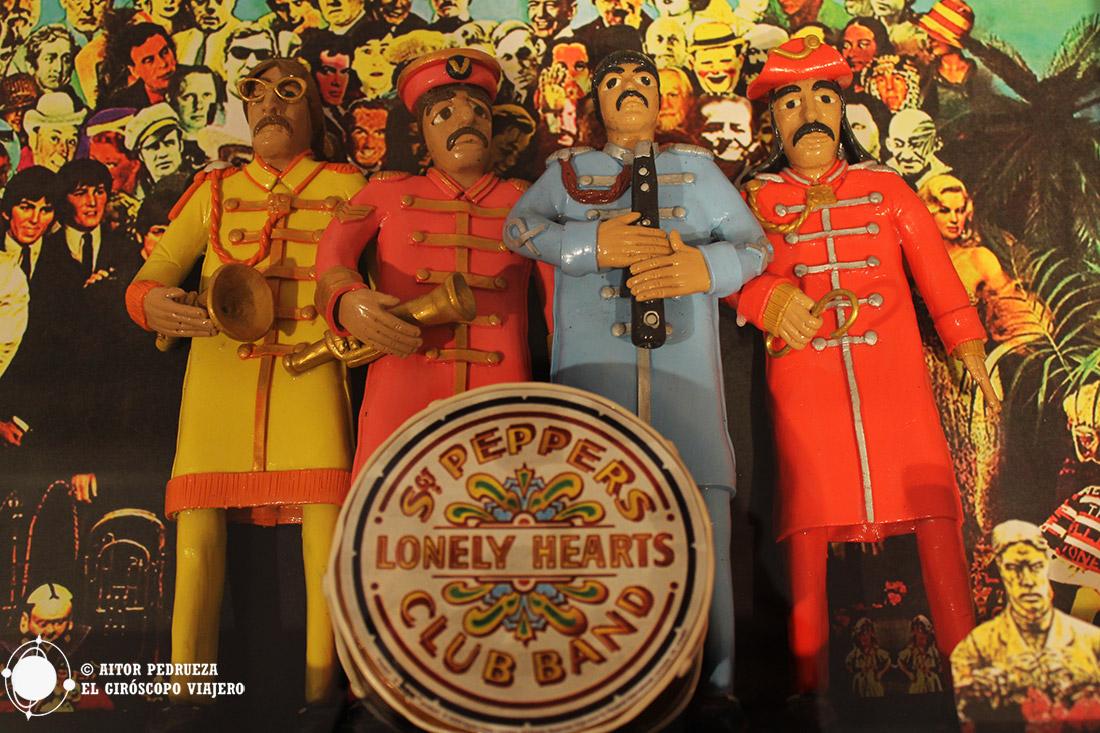 Muñecos de los 4 Beatles y su famoso disco St Peppers