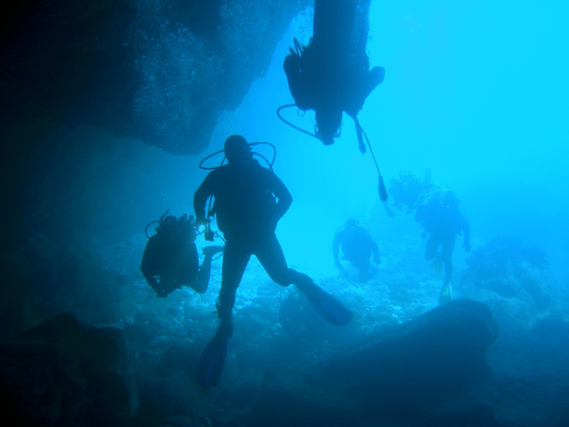 Deporte y gastronomía en Castro-Urdiales. Submarinismo y cata de vinos cántabros. Descubra los fondos marinos y las delicias gastronómicas.